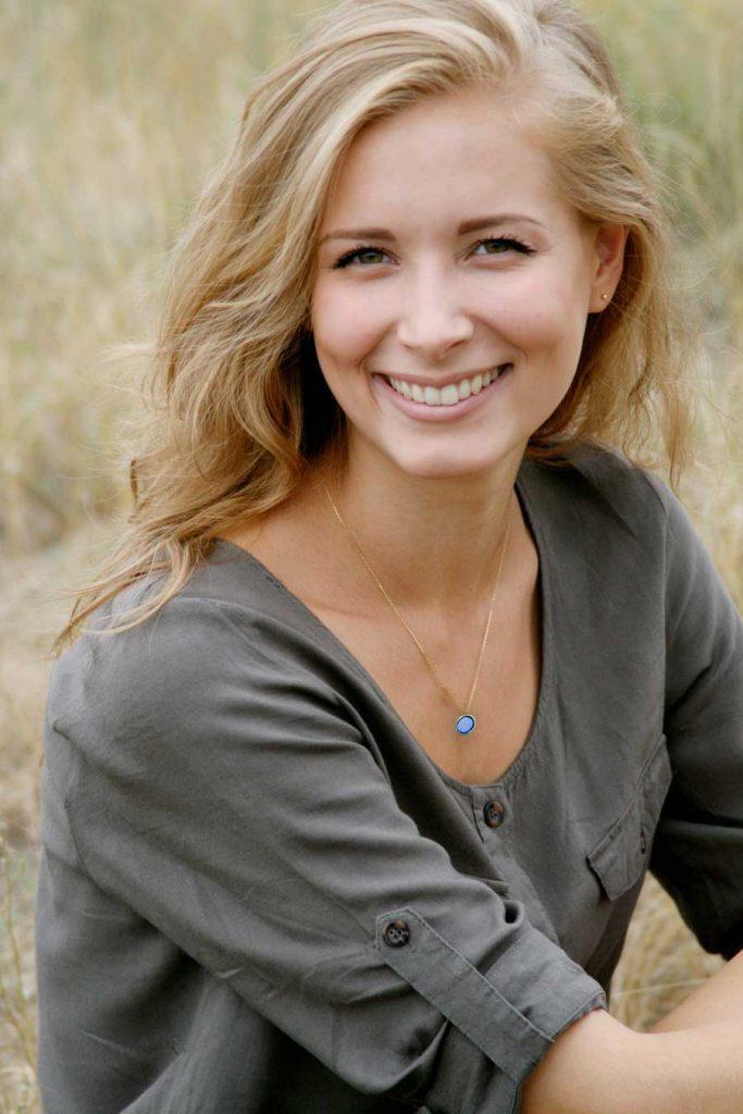 jeune-femme-blonde-souriante-bijoux-en-or